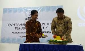 Mayjen Purn Djoko Subroto (kanan) memberikan nasi tumpeng kepada Ketua Stikom Jogja Sumantri Rahardjo (kiri) dalam rangkaian penyerahan SK perubahan bentuk Akindo YPK menjadi Stikom, Kamis (8/3/2018). (Harian Jogja/Sunartono)