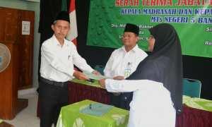 Serah terima jabatan dari Kepala Madrasah lama Miftakhul Bakhri kepada Kepala Madarasah baru Siti Solichah di Kampus Hijau MTsN 5 Bantul, Rabu (7/3/2018). (IST/Dok MTsN 5 Bantul)