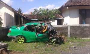 Kondisi mobil sedan usai kecelakaan. (Harian Jogja/Abdul Hamid Razak)