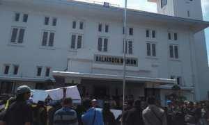 Sekitar 20 warga dari LSM Pedal mendatangi Balai Kota Madiun untuk menyampaikan aspirasi soal kasus e-rapor, Rabu (14/3/2018). (Abdul Jalil/JIBI/Madiunpos.com)