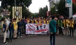 Puluhan mahasiswa berdemo di depan bundaran Jl. Pahlawan, Semarang, menuntut penutupan PT RUM Sukoharjo, Kamis (22/3/2018). (JIBI/Semarangpos.com/Imam Yuda S.)