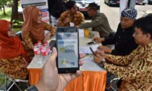 Petugas Kantor Pelayanan Pajak (KPP) Pratama Salatiga membantu warga mengisi SPT pajak dengan metode e-filing melalui telepon pintar di posko pelayanan kompleks Kantor DPRD Kabupaten Semarang, Jateng, Kamis (15/3/2018). (JIBI/Solopos/Antara/Aditya Pradana Putra)