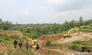 Alat berat dikerahkan di area yang akan dibangun embung di Dusun Grembyuk RT 011/RW 018 Desa Brojol, Miri, Sragen, Kamis (15/3).(Istimewa/Dokumen Kodim 0725/Sragen)