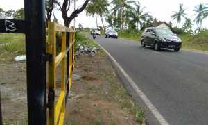 Sebuah tiang pendek berada di tepian jalan, yang akan digunakan untuk memasang portal penutup jalan, di salah satu sisi Jalan Daendels, Desa Glagah, Minggu (4/3/2018) sore. (Harian Jogja/Uli Febriarni)
