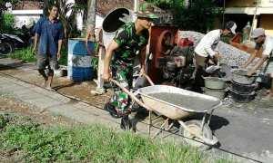 Warga bersama anggota Koramil setempat sedang membangun jalan alternatif di Dusun Sentolo Lor, Desa Sentolo, Kecamatan Sentolo, Jumat (16/3/2018). (Uli Febriarni/JIBI/Harian Jogja)