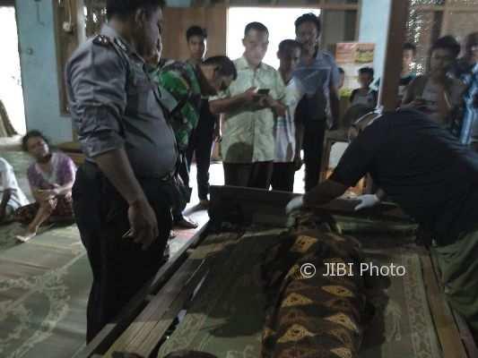 Petugas mengecek mayat Kadino yang terbaring di rumahnya di Dalem, Gulungan, Manyaran, Wonogiri, Rabu (28/2/2018). (Istimewa/Polres Wonogiri)