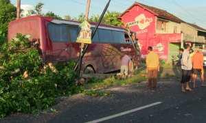 Bus yang terlibat kecelakaan di Jalan Wates Kilometer 6, Dusun Karangasem, Kedungsari, Pengasih, Kamis (8/3/2018). (Beny Prasetya Harian Jogja)