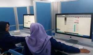 Dua mahasiswa sedang berdiskusi saat memanfaatkan Digital Library, UNY yang diresmikan pada Kamis (8/3/2018). (Harian Jogja/Sunartono)