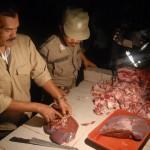 Tim razia daging sapi di pasar tradisional