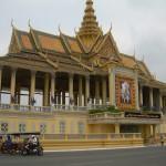 Kagumi istana raja di Phnom Penh, berburu candi di Siem Reap