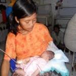 Bayi dengan otak di luar batok kepala butuh uluran tangan
