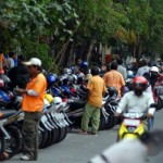 BANTUAN PEMKAB SUKOHARJO : Jelang Pilkada, 450 Jukir Terima Seragam Merah