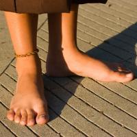 Manfaat jalan telanjang kaki