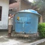 Ilustrasi krisis air bersih. Wasimin, warga Dukuh Brungkah, Desa Pakisan, Kecamatan Cawas, Klaten, Rabu (8/6), melihat bak air yang sudah kosong sejak tiga hari sebelumnya. Warga Brungkah membutuhkan bantuan air bersih untuk keperluan minum dan memasak karena air sumur tercemar bakteri E.coli penyebab muntah dan berak atau muntaber. (Solopos/Muhammad Khamdi)