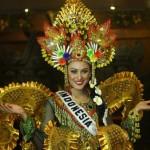PUTRI INDONESIA 2010 PERLIHATKAN GAUN