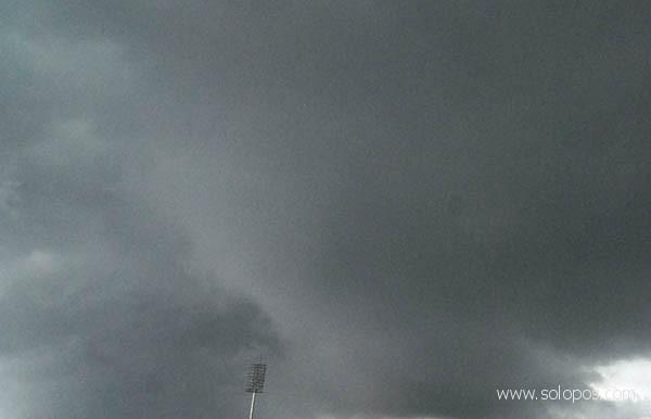Hujan, pemberangkatan Calhaj Sragen terlambat seperempat jam