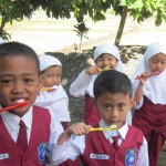 Siswa SD Aisyiyah Gemolong sikat gigi bersama