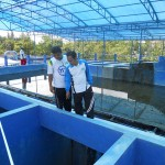 PENGOLAHAN AIR—Direktur PDAM Grobogan Ir Adi Setyawan (kanan) mengecek instalasi pengolahan air (IPA) PDAM di Sambak atau depan Stadion Krida Bhakti Purwodadi, Sabtu (11/12). Pengecekan terus dilakukan agar kualitas air yang dihasilkan tetap terjaga. (JIBI/SOLOPOS/Arif Fajar S)