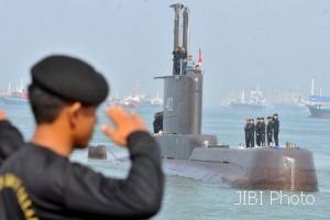 Anggota TNI AL melakukan penghormatan ketika kapal selam KRI Nanggala-402 tiba di Dermaga Koarmatim, Ujung, Surabaya, Jatim, Senin (6/2/2012).  (Antara-M. Risyal Hidayat)