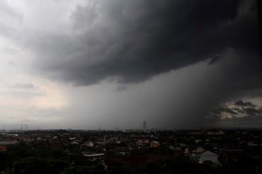 Ilustrasi Cuaca ekstrem. Awan kelabu terlihat dari gedung bertingkat di Kota Solo. (JIBI/Solopos/Dok.)