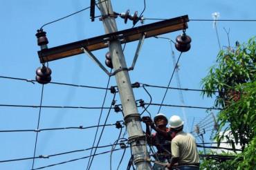 BISNIS/ANDI RAMBE Dua pekerja memperbaiki jaringan listrik di Medan, Sumatra Utara, Sabtu (24/03). Pemerintah meminta Dewan Perwakilan Rakyat mempertimbangkan ulang keputusan pemotongan subsidi listrik dari dari pagu sebesar Rp93,1 triliun dalam RAPBNP 2012 menjadi hanya Rp64,97 triliun.