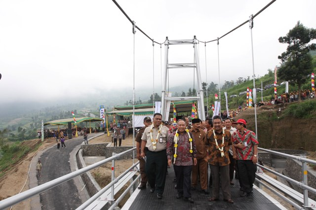 Bupati Boyolali Menjajal Jembatan Gantung Feature