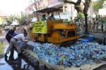 Ribuan Botol Miras Dimusnahkan di Halaman Balaikota