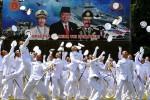 TNI AL MELEMPAR TOPI