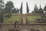 Beberapa pengunjung menikmati keindahan Candi Cetho, Selasa (10/7/2012). (JIBI/SOLOPOS/dok)