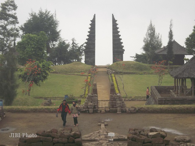 Beberapa pengunjung menikmati keindahan Candi Cetho, Selasa (10/7/2012). (Andi Sumarsono/JIBI/SOLOPOS)