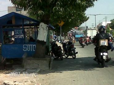 Sebuah lapak milik pedagang kaki lima berdiri di atas trotoar di Jl Jogja-Solo tepatnya di kawasan Bendogantungan, Klaten, Sabtu (11/8/2012).(Espos/Moh Khodiq Duhri)