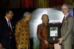 Emil Salim Terima Penghargaan WWF