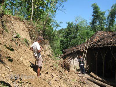 4 Rumah Tertimbun Longsor di Padang, 2 Tewas