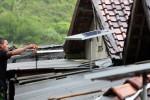 Seorang warga kampung pesisir Pantai Drini membersihkan panel surya di Banjarejo, Tanjungsari, Gunung Kidul, beberapa waktu lalu. Kampung ini sudah puluhan tahun belum terjangkau jaringan listrik sehingga warga setempat harus memanfaatkan panel sel surya bantuan pemerintah pusat atau menggunakan genset. (JIBI/Harian Jogja/Desi Suryanto)
