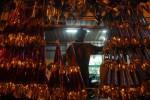 CAR FREE NIGHT SOLO: Hujan, Pedagang Terompet Tunggu Rezeki