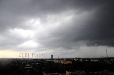 BMKG Perkirakan Cuaca Buruk Landa Soloraya, Waspada Banjir & Longsor