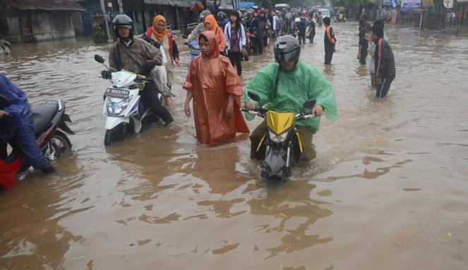 Tips Berkendara Saat Banjir Ala Rifat Sungkar