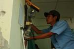 Petugas PLN melakukan pengecekan meteran untuk mengetahui adanya dugaan pencurian listrik di klaten. (Moh Khodiq Duhri/JIBI/SOLOPOS)
