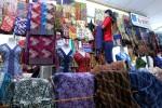 Seorang pramuniaga toko kain sedang menata barang dagangan di pusat perdagangan  tekstil Beteng Trade Center, Solo. (Solopos.om-Dok.)