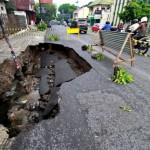 LONGSOR KARANGANYAR : Jalan Penghubung Antardukuh Jenawi Amblas 60 Sentimeter