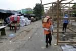 PASAR DARURAT ELPABES : Pedagang Swadaya Bongkar Bangunan