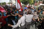 KENAIKAN HARGA BBM : Demo di Solo, Dandim Selamatkan Poster SBY