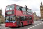 KISAH UNIK : WOW! Ilusionis Ini Melayang di Samping Bus Tingkat