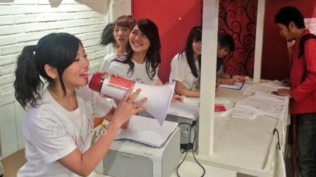 RAMADAN 2013 : Baju Lebaran? JKT48 Berjualan Kaus Sketsa Oshi-ku Lo...
