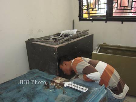 Polisi melakukan olah tempat kejadian perkara (TKP) di kantor Dinas Pendapatan Pengelolaan Keuangan Aset Daerah (DPPKAD) Boyolali, Rabu (17/7/2013). (Septhia Ryanthie/JIBI/Solopos)