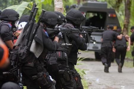 KASUS TERORISME : Kontak Senjata, 2 Buron Kelompok Santoso Tewas