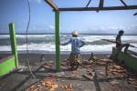 GELOMBANG TINGGI : Warung Di Pantai Rusak Diterjang Gelombang