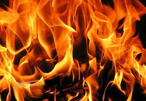 KISAH TRAGIS : Dituduh Penyihir, Wanita Dipaksa Minum Bensin Lantas Dibakar