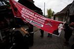 PEMILU 2014 : Langgar Aturan, Satgas PDIP Copot Atribut Kampanye