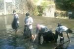SUNGAI BUKAN TEMPAT SAMPAH : Mahasiswa Bersihkan Sungai, Ketua RT Malu